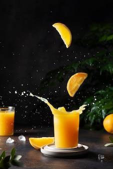 Spritzer orangensaft auf dem rindenhintergrund, selektives fokusbild