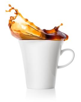 Spritzer schwarzer kaffee in einer weißen porzellantasse