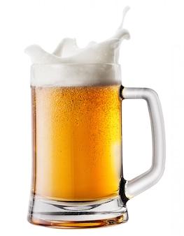 Spritzschaum im becher mit bier
