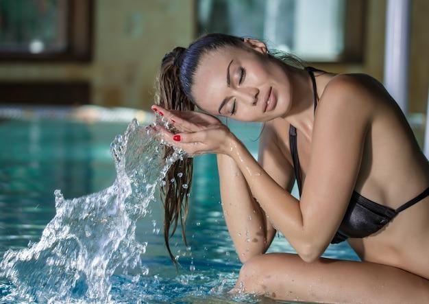 Spritzwasser der frau des pools