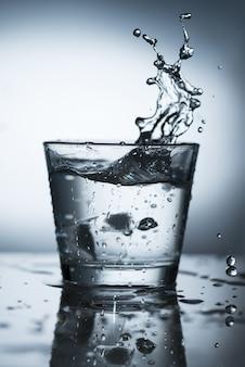 Spritzwasser im glas