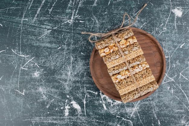 Spröde bonbons mit seil auf holzplatte gebunden.