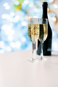 Sprudelnde champagnergläser mit flasche