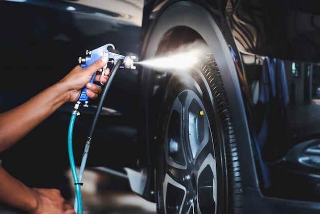 Sprühen sprühen sie die reifen nach dem waschen des autos, damit die reifen glitzern und schwarz werden. wachsen sie den reifen ein