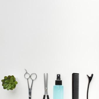 Sprühflasche und professionelle haarausrüstung