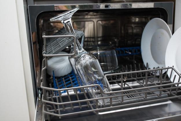 Spülmaschinentabs. reinigung der küche. geschirrspülen in der spülmaschine