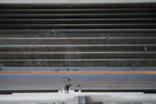 Spule der klimaanlage mit staub zum reinigen