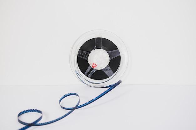 Spule mit filmstreifen auf weiß