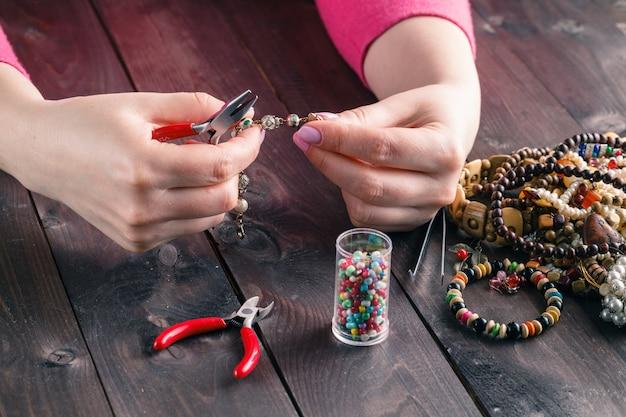 Spule, perlen und werkzeuge für handarbeiten