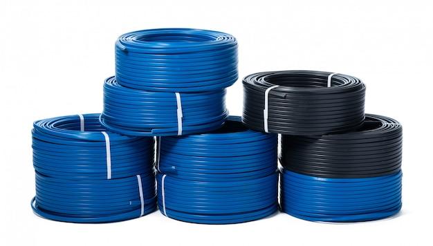Spulen aus schwarzem und blauem kabel isoliert auf weiß