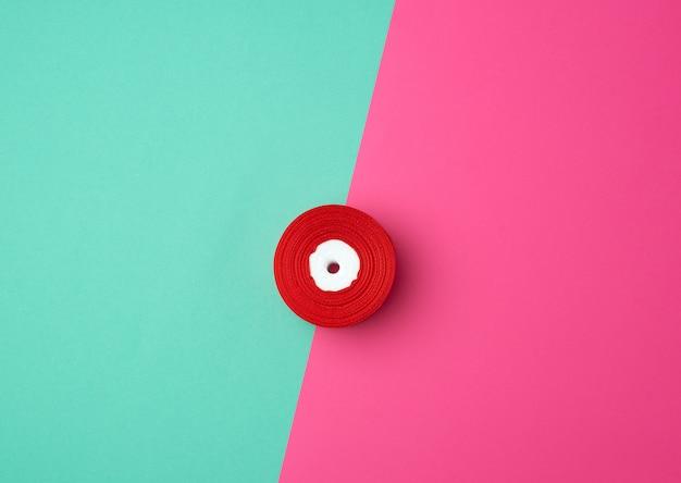Spulen mit rotem satinband, draufsicht