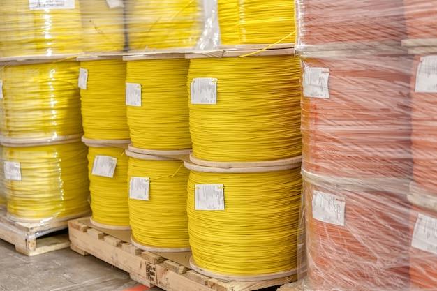 Spulen mit sprengschnur. mehrfarbiger draht aus orange und gelb. die spulen sind auf einer palette montiert.