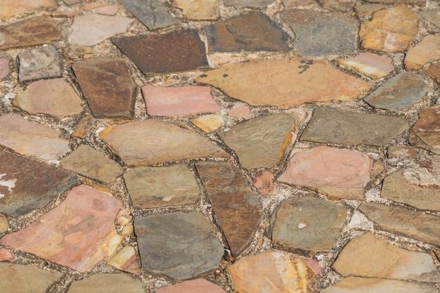 Spur von strukturiertem braunem und rosa sandstein