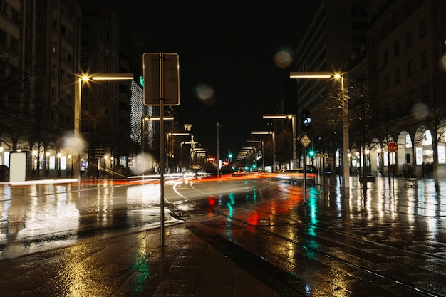 Spuren des lichtes auf abendstraße