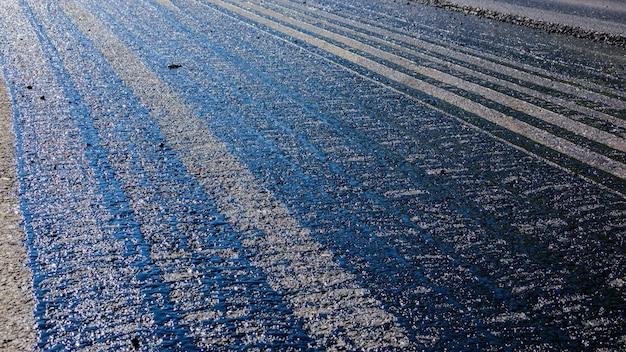 Spuren von bitumen auf der fahrbahn