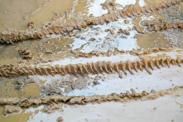 Spuren von reifen von reifen eines rades des autos sind im flüssigen schmutz geblieben
