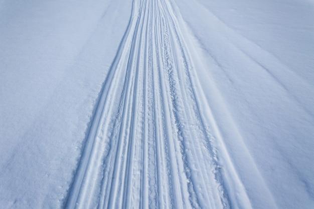 Spuren von skiern und schlitten im schnee