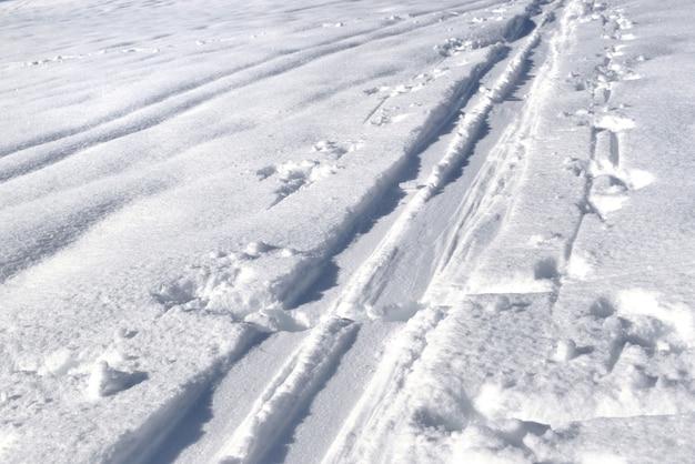 Spuren von skitouren im schnee