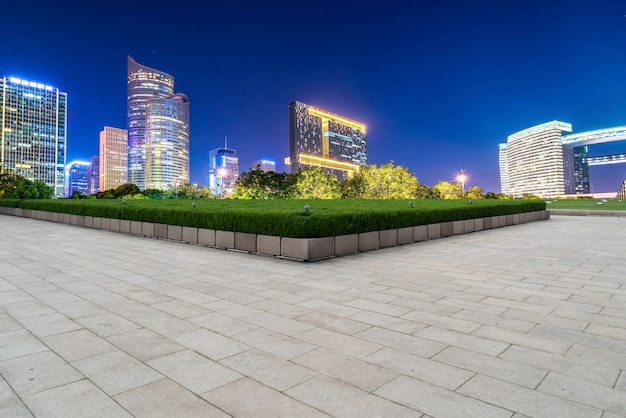 Square brick bürgersteig und nachtszene der modernen architektur