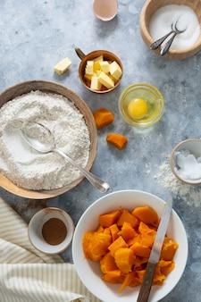 Squash-torte. zutaten zum kochen von kürbiskuchen. herbstdessert. bäckerei hintergrund