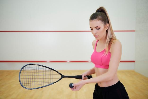 Squashspielerin mit schläger