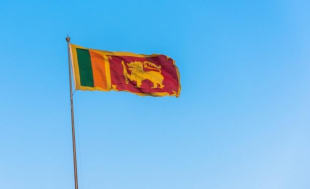 Sri lanka flagge am blauen himmel