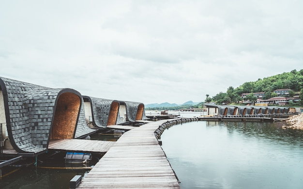 Srinagarind dam mit bewölktem himmel bei kanchanaburi