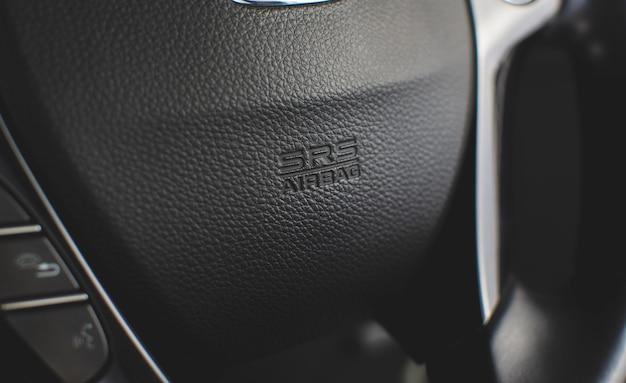 Srs airbag-symbol am lenkrad in einem luxusauto.