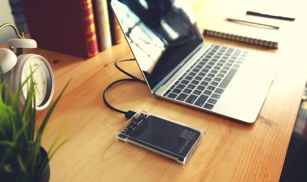 Ssd und laptop, solid-state-laufwerk mit sata-anschluss von 6 gb