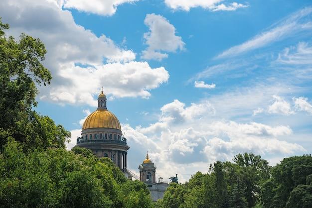 St. isaacs kathedrale in st. petersburg gegen blauen himmel mit wolken.