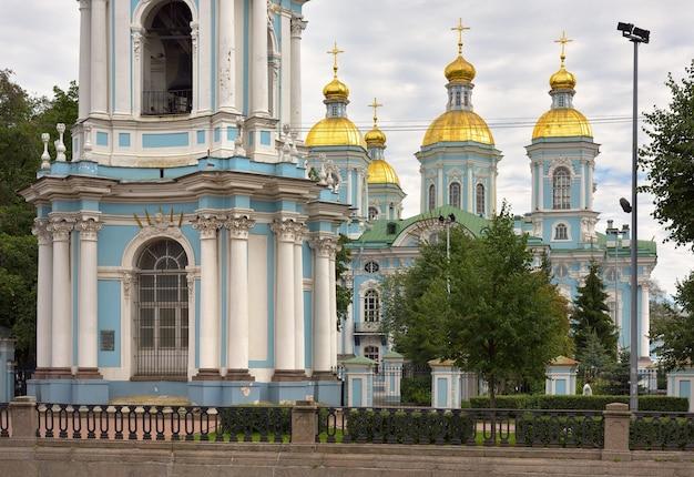 St. nikolaus seekathedrale fünfkuppelkirche mit glockenturm mit blauen wänden im barockstil
