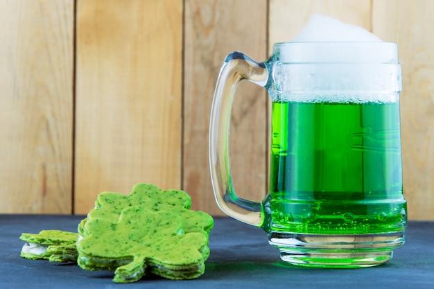 St. patrick's day grünes bier mit einem schal in form eines kleeblatts