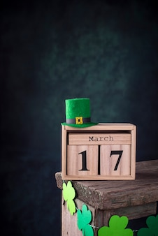 St. patrick's day hintergrund mit kalender