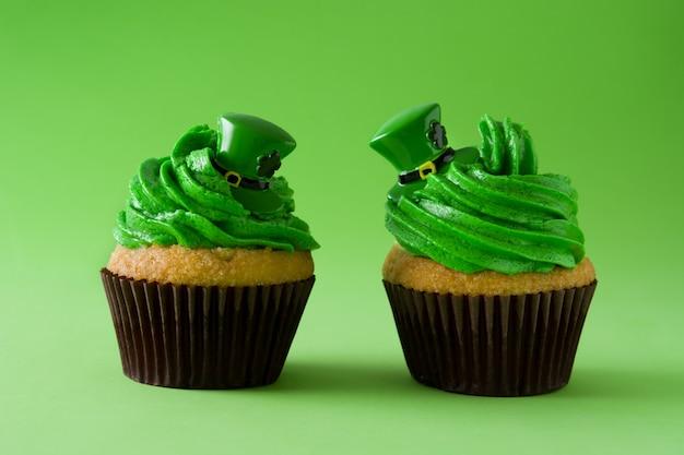 St patrick tageskleiner kuchen auf grün