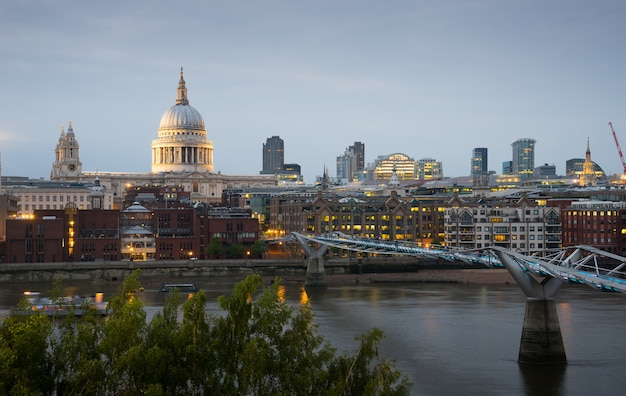 St. paul und millennium bridge in london