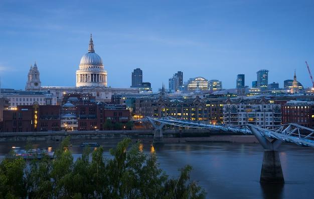 St. paul und millennium bridge in london