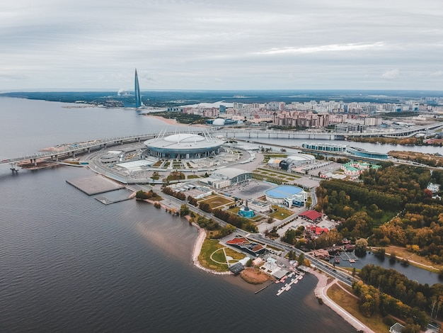St. petersburg mit westlichem hochgeschwindigkeitsdurchmesser, zenit-stadion und wolkenkratzer.