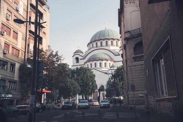 St. sava cathedral von svetog save straße gesehen. belgrad, serbien.