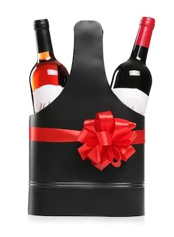 St. valentinstag konzept. luxus ledertasche mit weinflaschen auf weiß isoliert