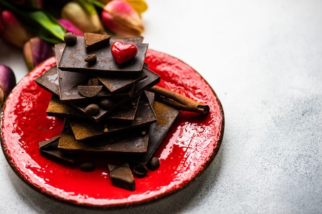 St. valentinstag-konzept mit blumen und schokolade