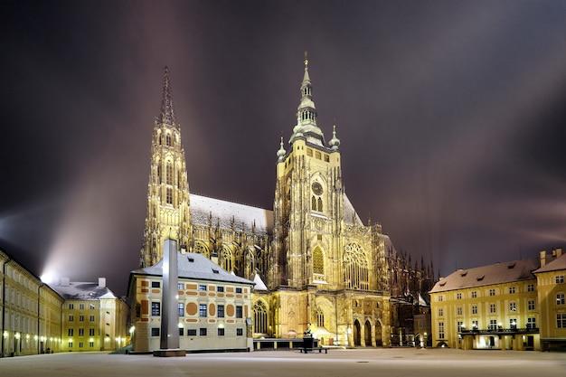 St.-veits-kathedrale bei nacht in prag