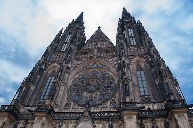St. vito cathedral in prag, frontansicht der kirche, ein beliebtes wahrzeichen von einem niedrigen punkt.