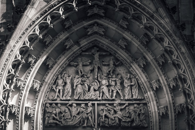 St. vitus kathedrale, relief mit der kreuzigung christi. prag, tschechische republik