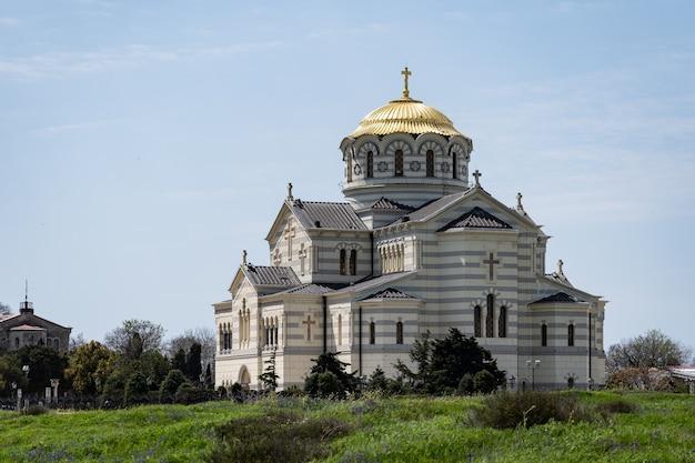 St. vladimirs-kathedrale eine schöne aussicht auf die glückselige landschaft der russischen kirche das konzept des friedens...