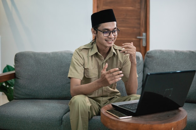 Staatsbeamte oder regierungsangestellte, die sich per online-anruf treffen