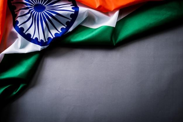 Staatsflagge von indien auf hölzernem. indischer unabhängigkeitstag.