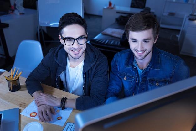 Staatssicherheitsdienst. freudiges genie, gutaussehende hacker, die sich in die regierungswebsite hacken und während der zusammenarbeit geheime informationen stehlen