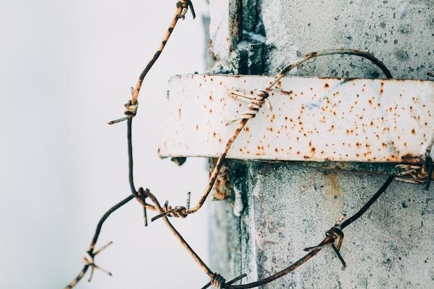 Stacheldraht auf einem zaun