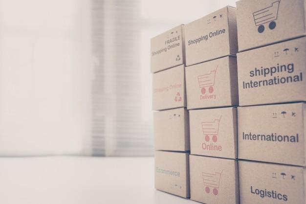 Stack-boxen auf dem laptop für den kunden können über das internet kaufen.