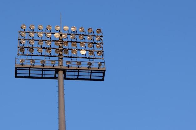 Stadionsscheinwerfer auf hintergrund des blauen himmels